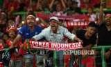 Pendukung kesebelasan Indonesia saat pertandingan penyisihan grup sepak bola Asian Games 2018 di Stadion Patriot Candrabhaga, Bekasi, Jawa Barat, Senin (20/8).