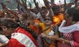 Pendukung Partai BJP (Bharatiya Janata Party) menyambut kedatangan tokoh nasionalis hindu, Narendra Modi, di New Delhi, India, Sabtu (17/5).