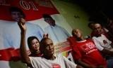 Pendukung pasangan Capres dan Cawapres nomor urut 01 Joko Widodo-KH Ma'ruf Amin menggelar tasyakur dengan cara mencukur gundul rambutnya di Posko Relawan Projo, Jombang, Jawa Timur, Rabu (17/4/2019). Cukur gundul tersebut menyusul keunggulan Jokowi-Amin melalui metode hitung cepat yang dirilis sejumlah lembaga survei.