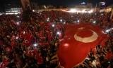 Bendera Turki diusung rakyat Turki.