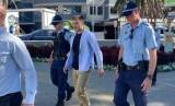 Pendukung Senator Fraser Anning yang ditangkap polisi karena menyerang dan memukuli wartawan di Sydney, Jumat (26/4).