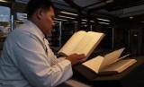 Peneliti Mauskrip, Mahrus sedang memeriksa manuskrip Cirebon di Berlin, Jerman.