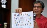 Peneliti Senior NETGRIT Hadar Nafis Gumay menunjukkan sebaran caleg mantan napi korupsi yang diloloskan Bawaslu dalam diskusi di kantor ICW, Jakarta, Minggu (9/9).