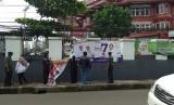 Penertiban spanduk kampanye di wilayah Warung Buncit, Jakarta Selatan