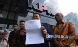 Pengacara Otto Hasibuan (kedua kanan) memperlihatkan surat pengunduran dirinya sebagai kuasa hukum tersangka kasus korupsi KTP Elektronik Setya Novanto saat tiba di gedung KPK, Jakarta, Jumat (8/12).
