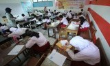Pengawas membagikan soal saat Ujian Sekolah Berstandar Nasional (USBN), di SDN 062 Ciujung, Jalan Supratman, Kota Bandung, Senin (22/4).