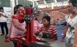 Pengelola usaha kecil mikro (UKM) Dupa Ayurveda, Putu Maha mengajak para pengungsi untuk memproduksi dupa