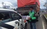 Pengemudi Gojek di Padang menggalang dana untuk korban banjir Solok Selatan, Kamis (21/9). Aksi sosial ini dilakukan tepat sehari setelah penutupan kantor Gojek oleh Dishub Kota Padang.