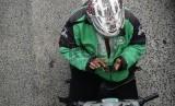 Pengemudi ojek online melintasi Jalan Rasuna Said, Jakarta Selatan, Jumat (18/12).  (Republika/Raisan Al Farisi)