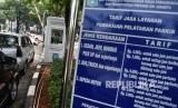 Pengendara mobil membayar parkir di lapangan IRTI Monas, Jakarta Pusat.