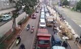 Pengendara motor maupun mobil menyerobot jalur Transjakarta di sekitar Stasiun Jatinegara