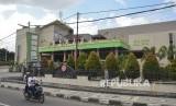 Pengendara sepeda motor melintas dekat Hotel Grand Madani di Mataram, NTB (Ilustrasi)