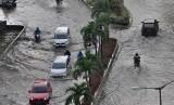 Banjir Rob, Warga Ancol Selamatkan Harta Benda