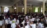 Penggalangan dana yang dilakukan siswa  Sekolah Dasar Islam Tahfiz Alquran (SDITA) El Makmur Bogor