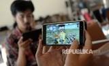 Penggemar Game bermain game di handphone.  ilustrasi