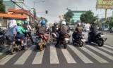 Pengguna motor berhenti di zebra cross lampu merah Jalan Mampang Prapatan Raya, Jakarta, Kamis (1/8).