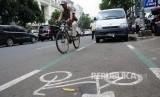 Pengguna sepeda melintasi salah satu jalur sepeda di Jakarta.