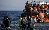 Pengungsi dan imigran berdatangan ke Eropa lewat laut di Pulau Lesbos, Yunani.