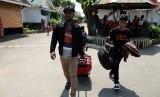 Pengungsi etnis Rohingya, Myanmar Hasan Ali (kanan) dibantu rekannya sesama pengungsi membawa barang-barangnya saat akan berangkat ke bandara untuk diterbangkan ke Amerika Serikat di lokasi penampungan, Medan, Sumatera Utara, Rabu (19/6/2019).