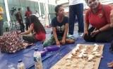 Pengungsi Gunung Agung menerima pelatihan wirausaha di Posko GOR Kompyang Sudjana, Denpasar Barat, Jumat (13/10)