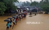 Refugees crossed the overflowing river at the Rohingya refugee camp at Cox's Bazaar, Bangladesh, on Tuesday (19/9).