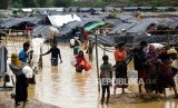 Pengungsi meninggalkan kamp pengungsi Rohingya yang terendam banjir di Cox's Bazaar, Bangladesh,