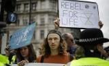 Pengunjuk rasa dari kelompok Extinction Rebellion memblokir jalan di sekitar Parliament Square di London, Rabu (24/4). Mereka memprotes kebijakan pemerintah tentang perubahan iklim.