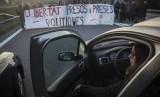 Pengunjuk rasa memblokir jalan tol di Barcelona, Spanyol, Rabu (8/11). Mereka memprotes ditahannya politikus Katalunya.