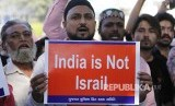 Pengunjukrasa penentang Revisi UU Kewarganegaraan India membawa poster menentang UU baru di Ahmadabad, India, Ahad (15/12). Amnesty International menyatakan perusakan HAM di Asia terus meningkat. Ilustrasi.