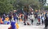 Pengunjung beraktivitas di Pantai Karnaval Ancol, Jakarta, Selasa (11/9).