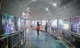 Pengunjung beraktivitas di ruang pameran di Planetarium Taman Ismail Marzuki, Jakarta. Seorang wanita belum lama ini melahirkan di lobi Planetarium saat mengantar anaknya kunjungan sekolah ke sana..