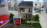Pengunjung berkonsultasi harga rumah dan properti saat pameran properti PT Bank Tabungan Negara (BTN) di Jakarta Convention Center (JCC), Jakarta, Ahad (14/8). (Republika/Agung Supriyanto)