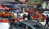 Pengunjung dan undangan memadati area pameran pada pembukaan pameran otomotif Gaikindo Indonesia International Auto Show (GIIAS) ke-27 tahun 2019 di ICE BSD, Tangerang Selatan, Banten, Kamis (18/7/2019).