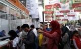 Pengunjung Islamic Book Fair (IBF) 2017 antre membeli tiket.