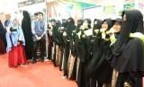 Pengunjung Islamic Book Fair (IBF) ke-19 di Jakarta Convention Center (JCC), Jakarta, tak hanya dimanjakan dengan beragam judul buku yang dijual di lokasi pameran. Pojok tahfiz yang dikelola Yayasan Askar Kauny (YAK) di stan no 231 rupanya menjadi pusat perhatian pengunjung. Di pojok tahfiz, Askar  Kauny menerjunkan puluhan santri dan guru tahfiz, untuk membantu pengunjung belajar Alquran.