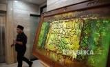 Pengunjung melihat kaligrafi saat pameran Sejarah Islam di Nusantara yang digelar di Kantor PBNU, Jakarta, Senin (30/1).