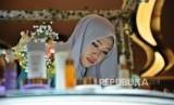 Pengunjung melihat koleksi kosmetik di salah satu ajang expo halal  (ilustrasi)