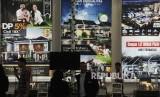 Pengunjung melihat maket perumahan dalam pameran properti Real Estate Indonesia di Jakarta, Rabu (19/4).