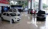 Pengunjung melihat mobil Nissan dan Datsun di diler PT Mitra Pinasthika Mustika Auto (MPM Auto) Nissan-Datsun di Alam Sutra, Tanggerang, Banten, Senin (28/3).