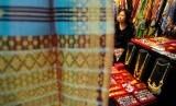 Pengunjung melihat pameran UMKM Sumatera Barat. ilustrasi