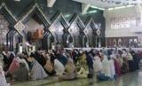 Pengunjung memadati acara acara Tabligh Akbar Tahun Baru Hijriah 1 Muharram 1439 yang diselenggaralan 'Rasil Network'  di Masjid Agung At-Tin Taman Mini, Jakarta, Kamis (21/9).
