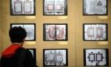 Pengunjung mengamati mushaf Alquran kuno yang dipamerkan di Gedung Bayt Al-Qur'an, Jakarta, Rabu (6/11).    (Republika/Agung Supriyanto)