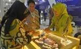 Pengunjung mengamati produk perhiasan di salah satu stan ketika pameran produk perdagangan di sela KTT Indian Ocean Rim Association (IORA) di JCC Senayan, Jakarta, Senin (6/3).