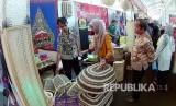Pengunjung mengamati produk unggulan UMKM di stand Kabupaten Cirebon pada acara Cooperative Fair 14 Jabar 2017 di Metro Indah Mall, Jalan Sukarno Hatta, Kota Bandung, Ahad (13/8).