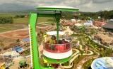 Pengunjung menikmati suasana dan sejumlah wahana yang ada di tempat hiburan dan rekreasi keluarga Saloka Theme Park.