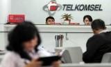 Pengunjung menunggu pelayanan di Grapari Telkomsel Gambir, Jakarta.
