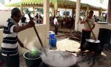 Tradisi Pembagian Bubur Pedas Masjid Raya Medan Ditiadakan. Pengurus masjid memasak bubur pedas  di halaman Masjid Raya Al Mashun Medan, Senin (6/6). (Antara/Septianda Perdana)