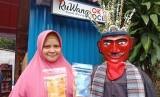 Pengusaha Rumahan Binaan OK OCE Siti Rosidah (34) berpose di depan Rumah Warung (RuWang) Kelurahan Cipete Utara, Rabu (24/11). Dalam pose tersebut Siti nampak memamerkan produk makanan rumahannya.