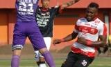 Guy Junior (kanan) ketika masih memperkuat Madura United.