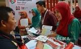 Penjaga stan Otoritas Jasa Keuangan (OJK) mengedukasi seorang pengunjung tentang berbagai produk perbankan syariah pada Keuangan Syariah Fair (KSF) 2017, di Semarang, Jawa Tengah, Jumat (12/5). KSF yang diikuti 40 pelaku industri jasa keuangan syariah, terdiri dari 19 industri keuangan non bank syariah, 13 bank syariah, serta delapan manajer investasi dan perusahaan sekuritas.